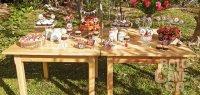 stół przygotowany na imprezę